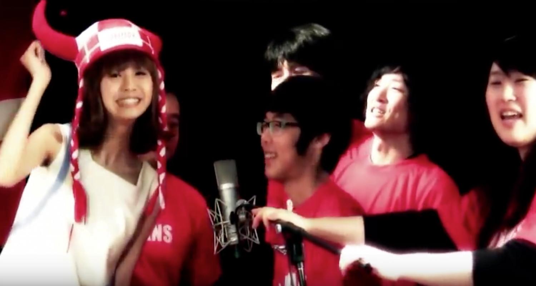"""Japanere synger """"Vi er røde, vi er hvide"""""""
